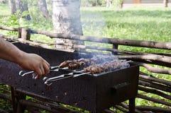La carne è arrostita sulla griglia Immagini Stock Libere da Diritti