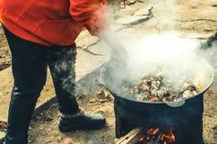 La carne è cucinata in un calderone sulla via Fotografia Stock Libera da Diritti