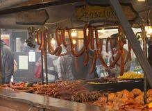 La carne ahumada y las salchichas para la venta en un mercado atascan Fotografía de archivo