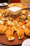 La carne ama la pizza con gusto delicioso de los salchichones salchicha y del tocino Foto de archivo
