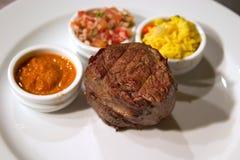 La carne arrostita con guarnisce Immagini Stock Libere da Diritti