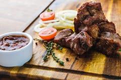 La carne arrostita deliziosa con le verdure ed il bbq sauce Fotografie Stock