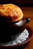 La carne asada cuece al horno en cerámica Foto de archivo