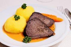 La carne asada de carne de vaca, dos bolas de masa hervida en cazador sauce Fotografía de archivo