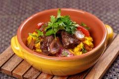 La carne asada a la parrilla con arroz español del raditional adornó el perejil Foto de archivo