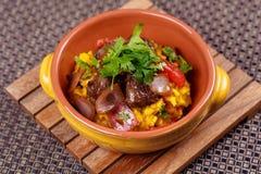 La carne asada a la parrilla con arroz español del raditional adornó el perejil Fotos de archivo libres de regalías