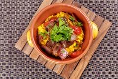 La carne asada a la parrilla con arroz español del raditional adornó el perejil Imágenes de archivo libres de regalías