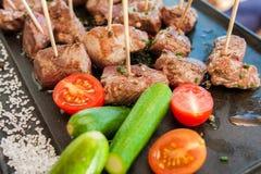 La carne asada a la parrilla de la barbacoa en el palillo separa con las verduras Foto de archivo libre de regalías