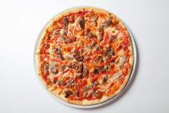 La carne casalinga ama la pizza con le merguez salsiccia e bacon Fotografia Stock