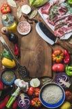 La carne cruda cruda dell'agnello taglia, riso, petrolio, spezie e verdure Immagine Stock Libera da Diritti