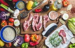 La carne cruda cruda dell'agnello taglia, riso, petrolio, spezie e verdure Immagini Stock Libere da Diritti