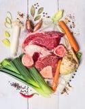 la carne cruda e le verdure hanno messo con le erbe e spezie, ingrediente per brodo o minestra fotografia stock libera da diritti