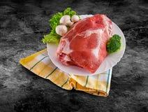 La carne cruda fresca adornó - el jamón crudo con las setas y la trayectoria de recortes Imagenes de archivo