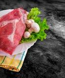 La carne cruda fresca adornó - el jamón crudo con las setas y la trayectoria de recortes Fotografía de archivo libre de regalías