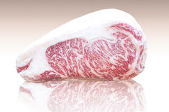 La carne de vaca de Kamui Wagyu gorda, la tira de mármol de alta calidad Lloyd reflejó en la tierra Imagen de archivo