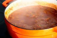 La carne de vaca pica con el tomate y los guisantes en un pote de la cazuela Imagen de archivo libre de regalías