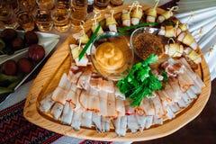La carne del taglio si trova sui piatti di legno originali Immagini Stock Libere da Diritti