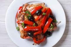 La carne della gamba del coniglio ha fritto con la vista superiore delle olive e dei peperoni immagine stock libera da diritti