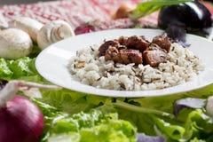La carne di maiale collega con un contorno da riso sbramato immagine stock