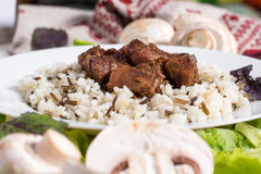 La carne di maiale collega con un contorno da riso sbramato Fotografie Stock