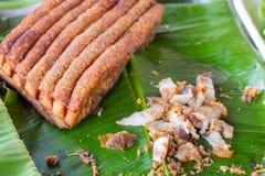 La carne di maiale croccante, pancia di carne di maiale è presa fritta fino alle patatine fritte tagliate nei pezzi immagine stock libera da diritti
