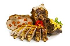 La carne di maiale e le costole del cinghiale grigliano sul piatto, isolato Fotografia Stock