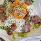 La carne di maiale ha grigliato con la tagliatella di riso e la verdura, vietnamita tipica Immagini Stock