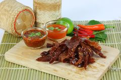 La carne di maiale secca ha fritto con salsa ketchup e la salsa di peperoncini rossi su vecchio corteggia Immagini Stock Libere da Diritti