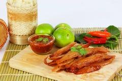 La carne di maiale secca ha fritto con salsa ketchup e la salsa di peperoncini rossi su vecchio corteggia Fotografia Stock