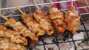 La carne di maiale tailandese del BBQ di stile è grigliata sulla griglia di alluminio stock footage