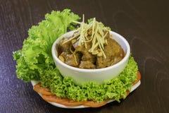 La carne ed il pomodoro piccanti immergono la scultura piccante e di verdure Immagini Stock