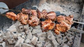 La carne está en el primer del carbón de leña al aire libre Comida de la calle imágenes de archivo libres de regalías