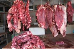 La carne fresca en venta exhibe en mercado de la parada fotografía de archivo