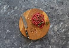 La carne fresca incide le strisce sottili sul tagliere immagini stock