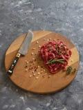 La carne fresca incide le strisce sottili sul tagliere fotografia stock libera da diritti