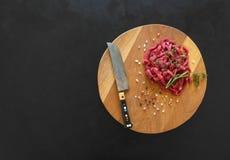 La carne fresca incide le strisce sottili sul tagliere immagine stock