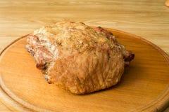 La carne fritta si trova su un bordo rotondo Immagine Stock Libera da Diritti