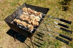 La carne per il kebab, ha messo sopra l'addetto alla brasatura e la frittura su fuoco fotografia stock