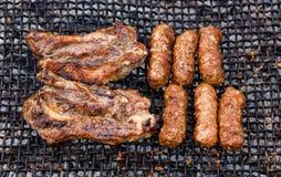 La carne rumana asada a la parrilla corta y rueda - el mititei, mici Imagen de archivo libre de regalías