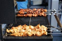 La carne se cocina asada a la parrilla Barbacoa en los carbones imagen de archivo