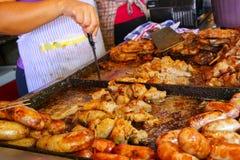 La carne se está cocinando para el asado en Mercado Cuatro en Asuncion, PA Foto de archivo libre de regalías