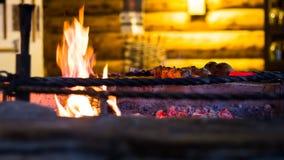 La carne se fríe en el fuego en un restaurante Fotos de archivo