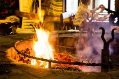 La carne se fríe en el fuego en un restaurante Foto de archivo libre de regalías