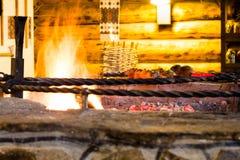 La carne se fríe en el fuego en un restaurante Imagenes de archivo