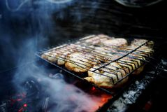 La carne se fríe en la parrilla Fotos de archivo