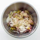 La carne tritata, i semi, le uova e la farina in acciaio inossidabile lanciano Immagine Stock