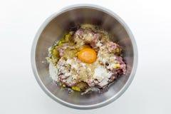 La carne tritata, i semi, le uova e la farina in acciaio inossidabile lanciano Fotografie Stock Libere da Diritti