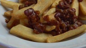 La carne y la haba picaditas de la carne de vaca sauce encima de las patatas fritas metrajes