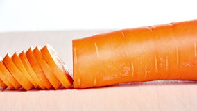 La carotte coupée en tranches sur un panneau de cuisine arrêtent l'animation et le timelapse de mouvement clips vidéos