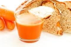 La carotte a placé avec du jus, les carottes et le pain de carotte Image libre de droits